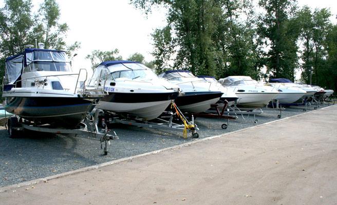 стоянка для лодок катеров и яхт на море
